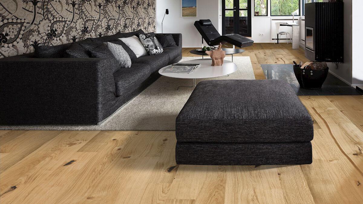 Parkett Landhausdiele schwarzes Sofa