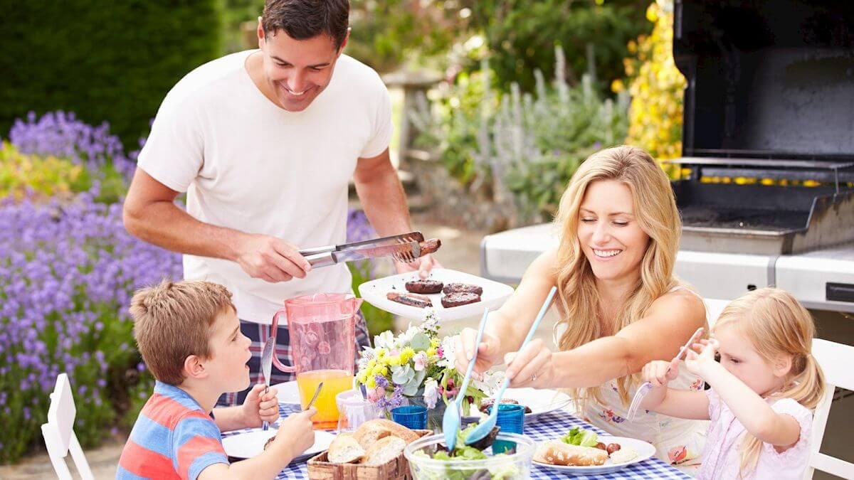 Familie bei Grillen im Garten