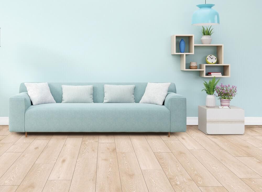 Eiche Ceralanboden mit heller Couch und Beistelltisch im Hintergrund