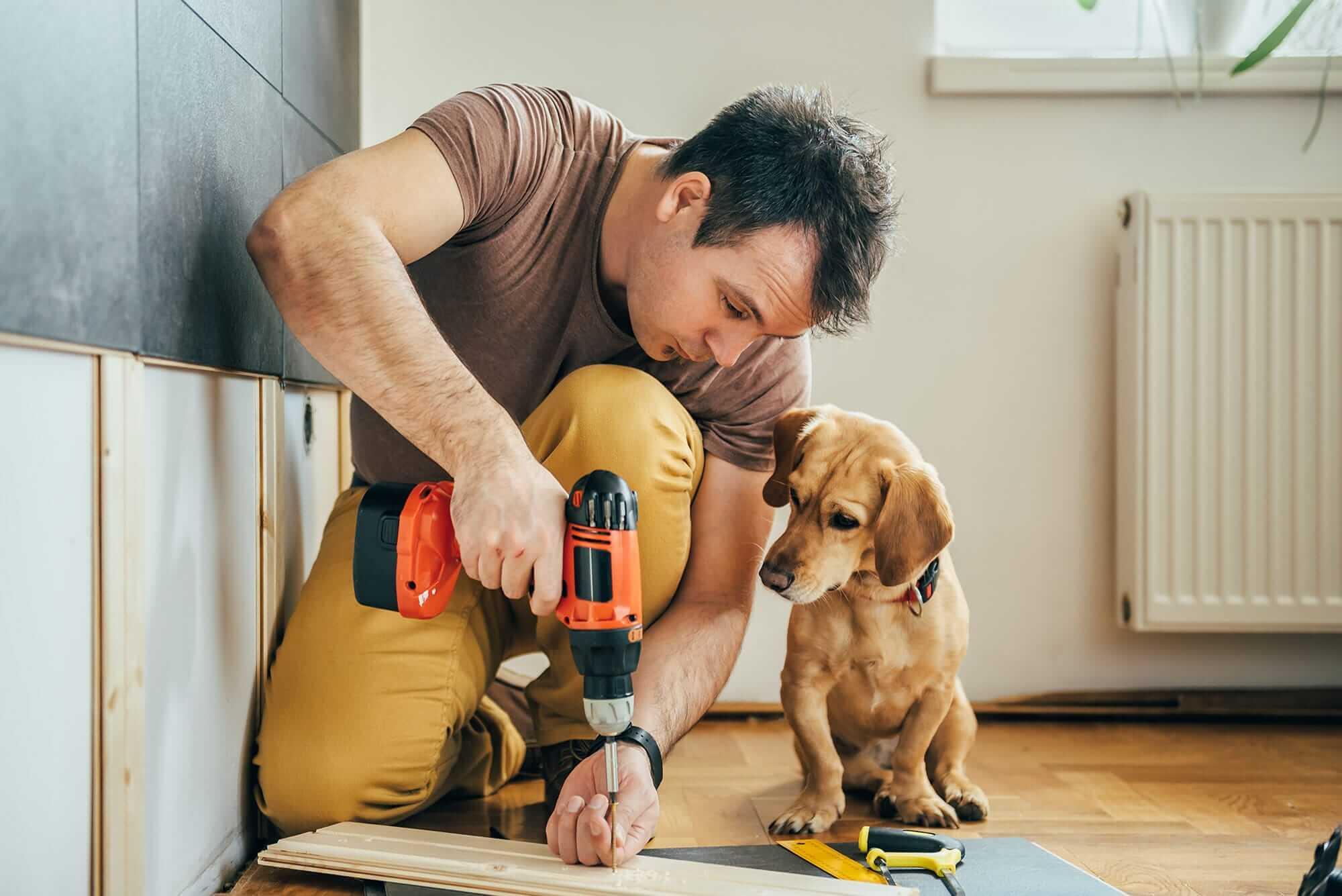 Mann mit Hund am bohren