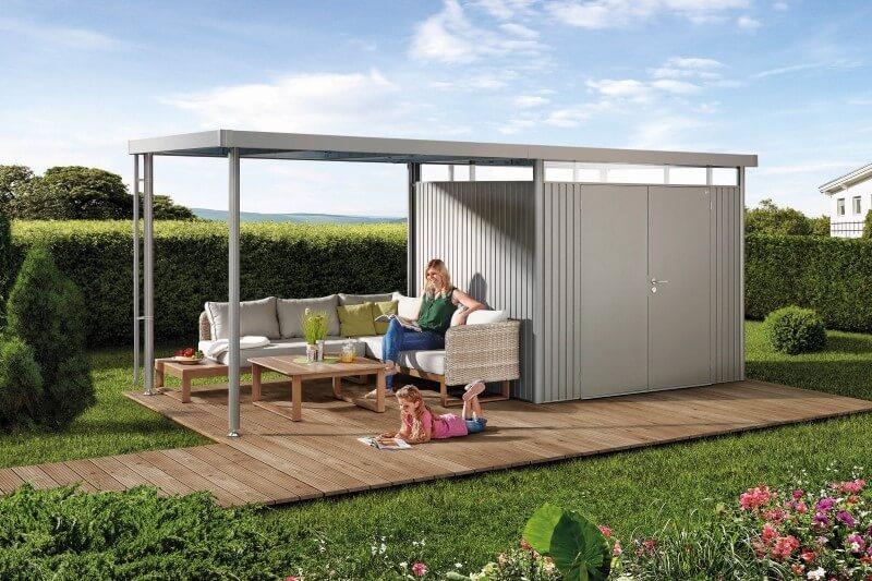 Gartenhaus aus Metall mit ueberdachter Sitzecke auf Holzterrasse