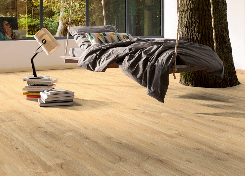 Naturfarbener Designboden mit Hängematte und Baumstamm im Zimmer