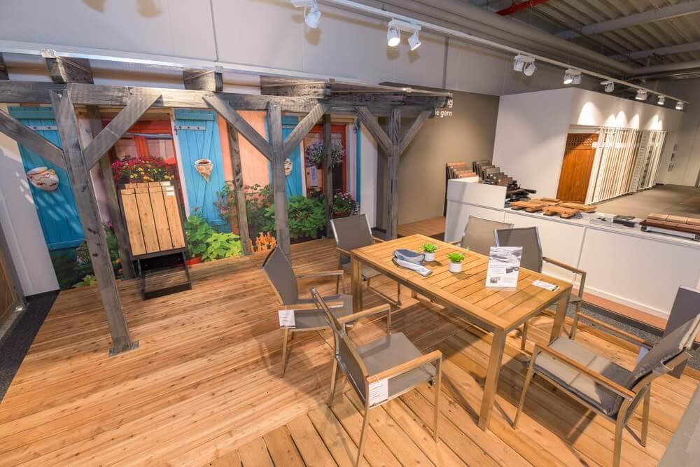 Gartenmöbel aus Holz und Stoff