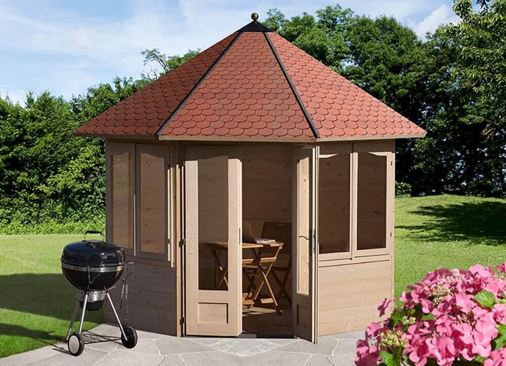 Pavillon im Garten in einem hellen Holzton
