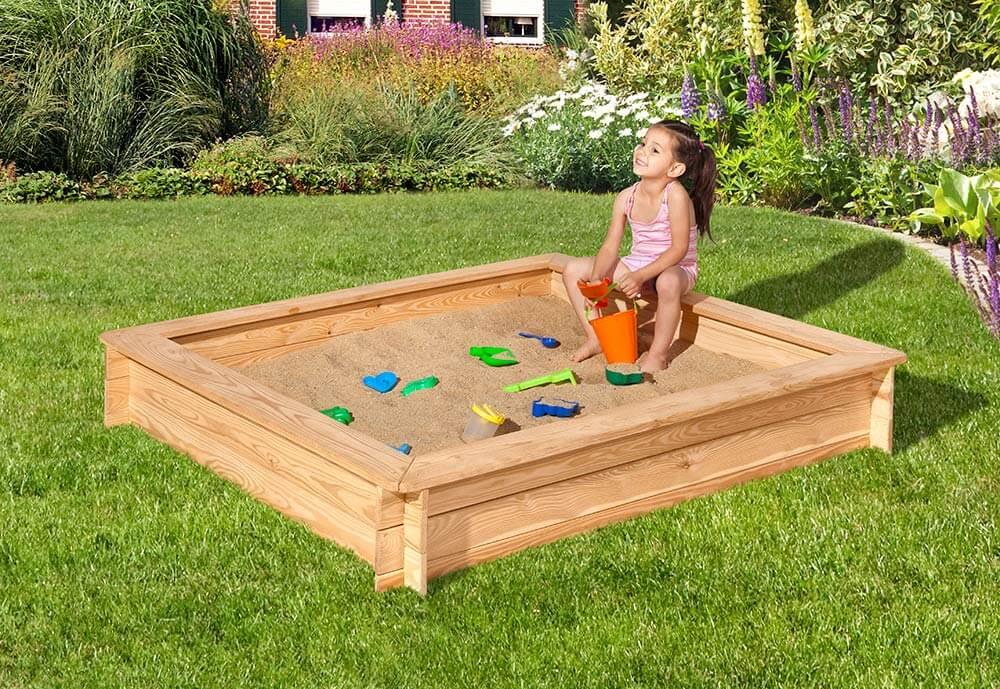 Sandkasten mit spielendem Kind