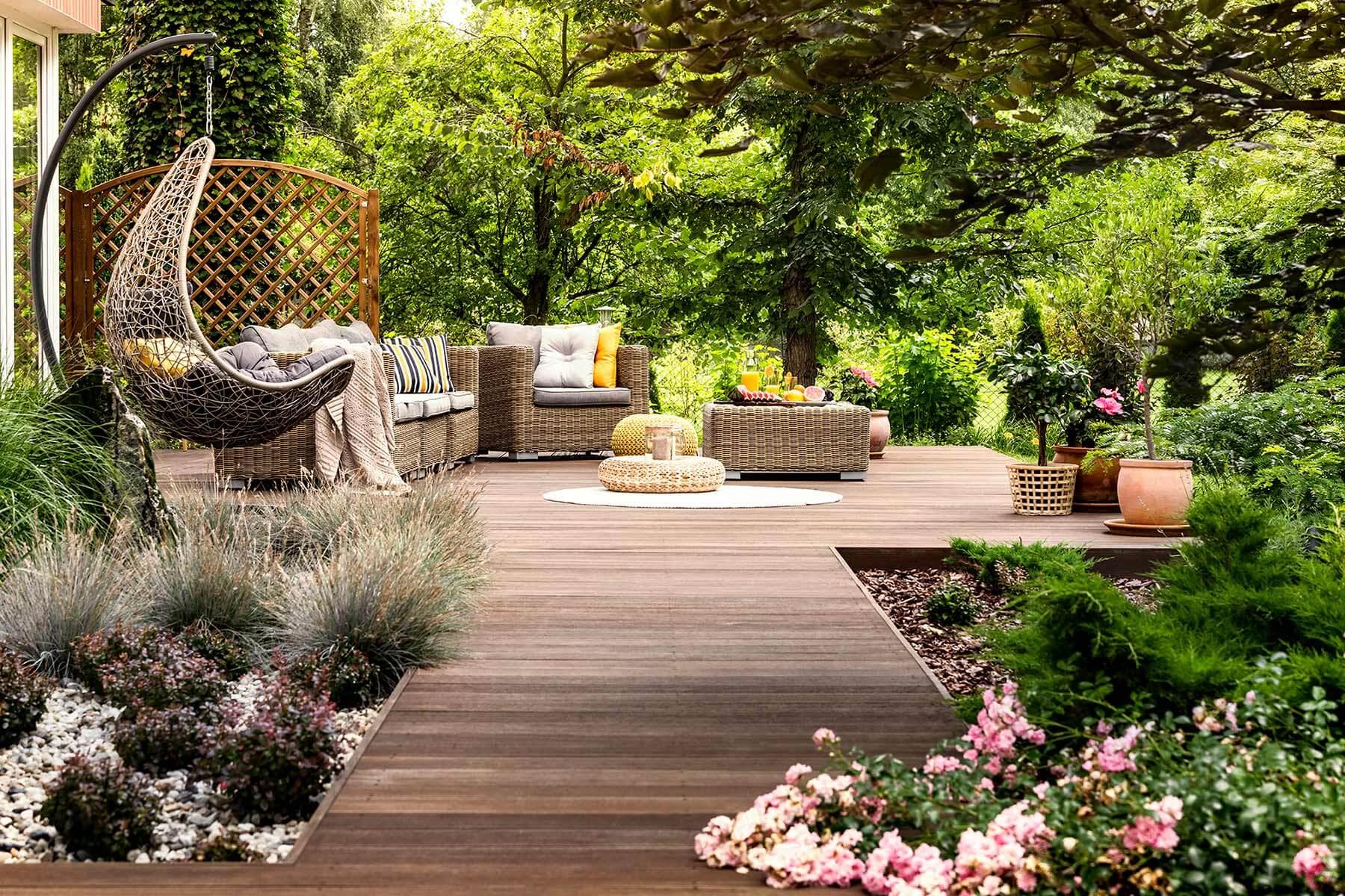 Holz im Garten mit Gartenmöbeln