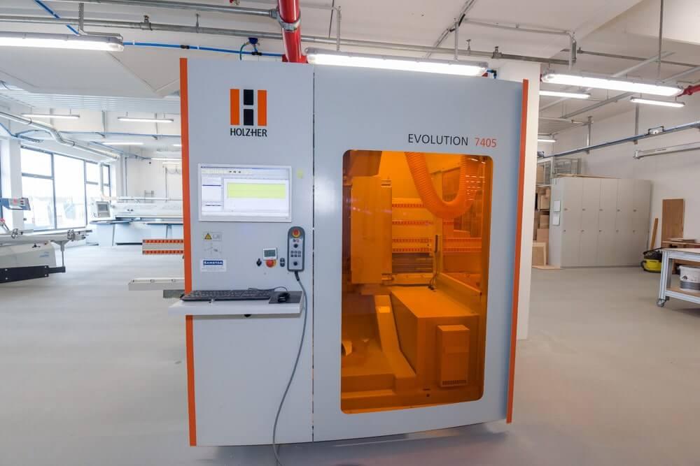 Große Schreinerei mit einer CNC-Maschine für die Möbelbearbeitung
