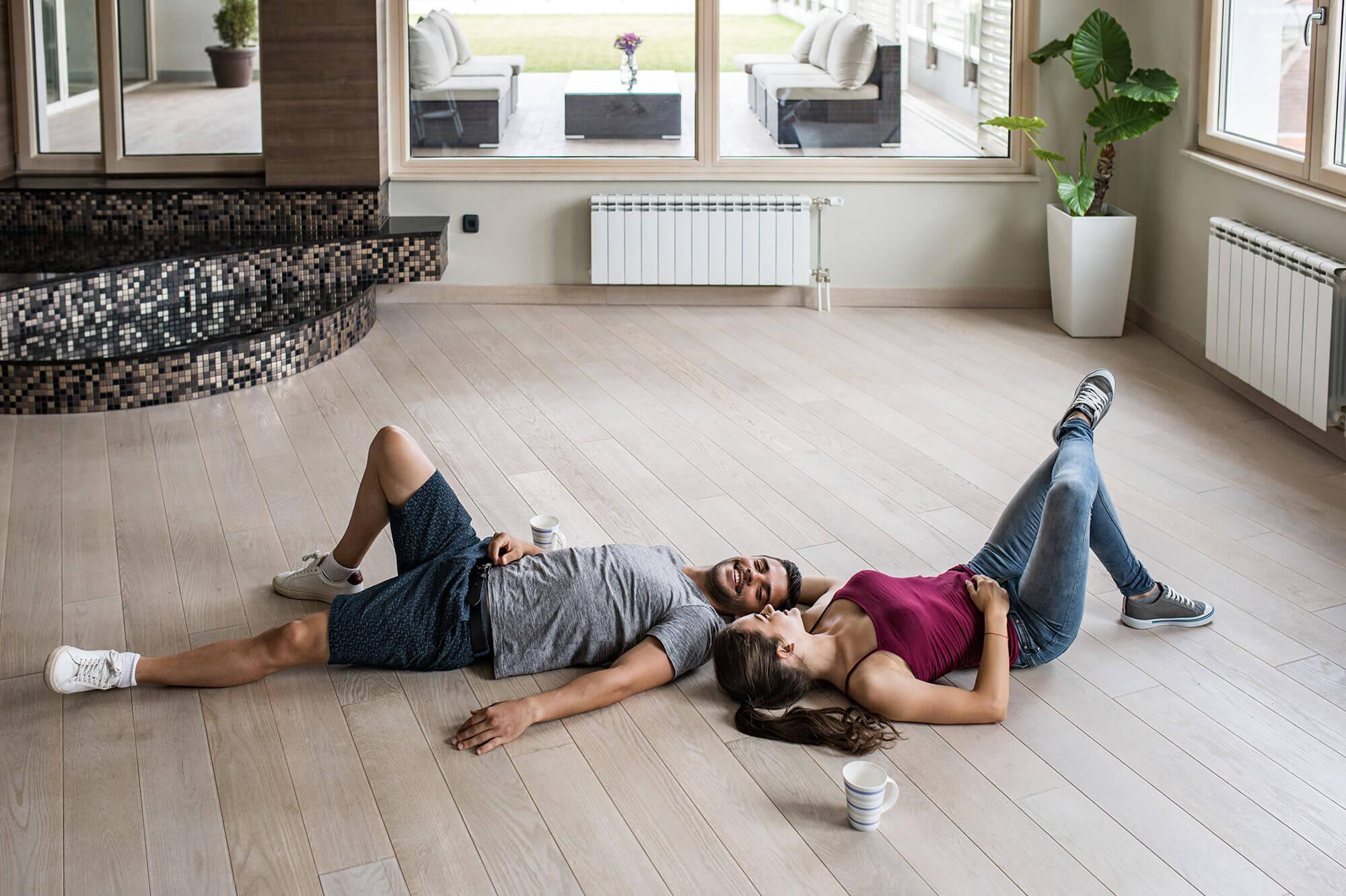 Pärchen liegend auf einem Holzboden
