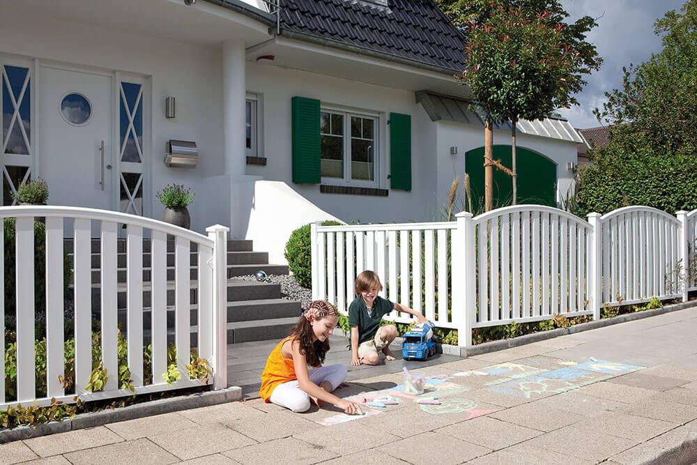 WPC Zaun weiß mit spielenden Kindern draußen