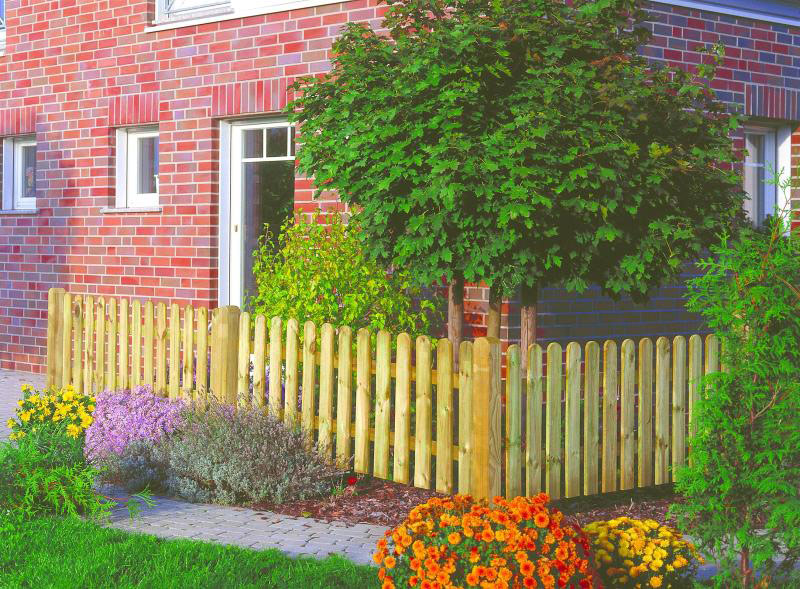 Vorgartenzaun aus Holz vor Klinkerhausfassade