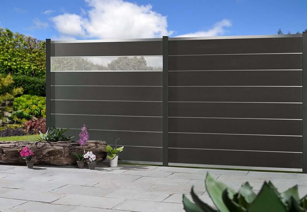 Sichtschutzzaun WPC als Trennwand von Terrasse zum Garten