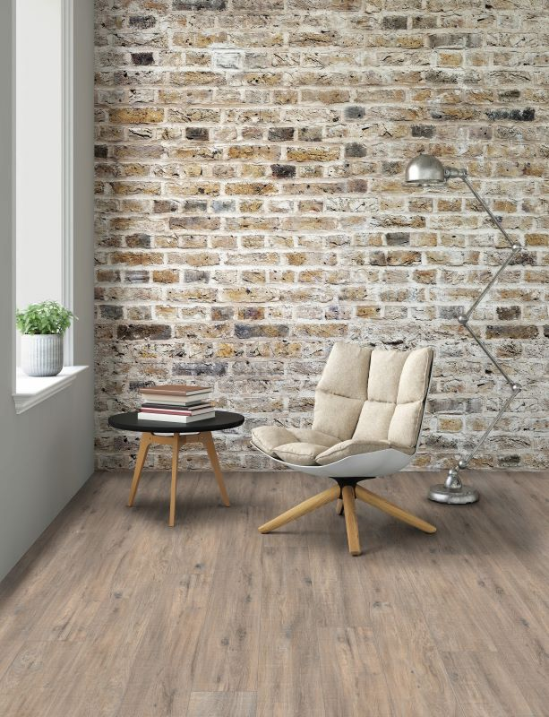 Ceralan Zementboden in Holzoptik mit Leseecke vor Steinwand