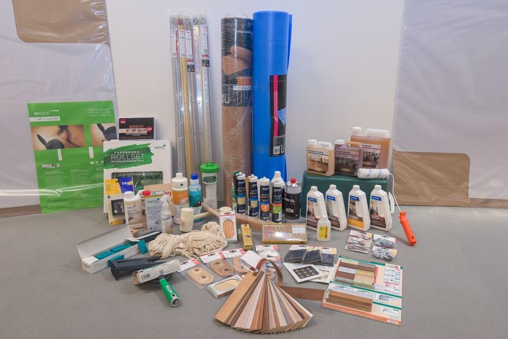 Zubehör im Bereich Boden. Trittschalldämmungen, Übergangsschienen, Pflegemittel für geölte und lackierte Oberflächen, Schlagklötze, und Pinsel