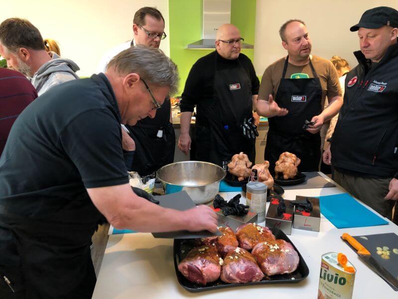 Weber Grill Seminar Johannes Bader mit Teilnehmern im MS-Holzfachmarkt Wiesbaden
