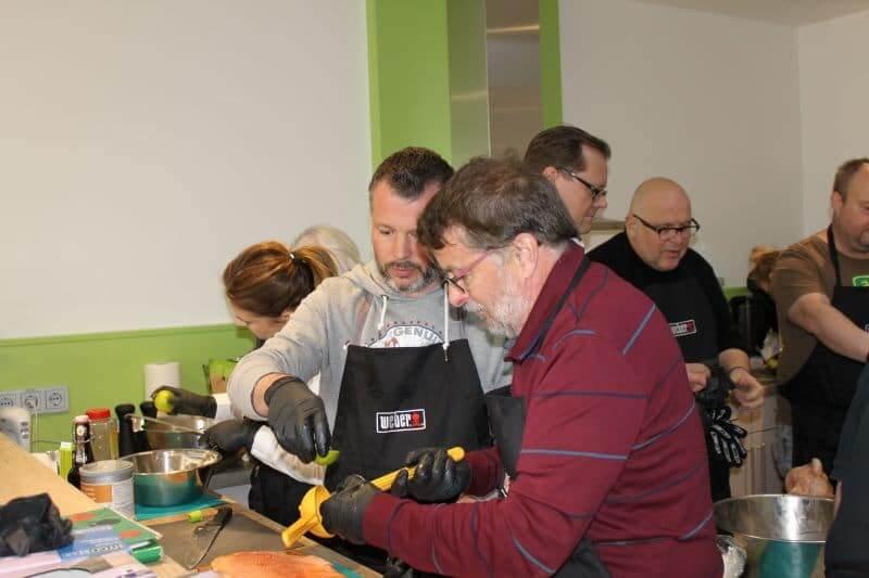 Weber Grill Seminar Teilnehmer bei der Zubereitung im MS-Holzfachmarkt Wiesbaden