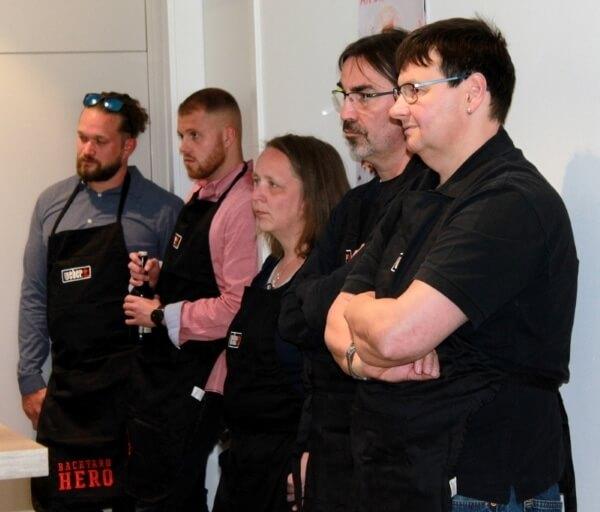 Teilnehmer und Teilnehmerin eines Weber Grillseminars