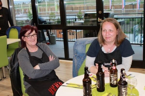 Teilnehmerinnen beim Pausenbier in der Cafeteria