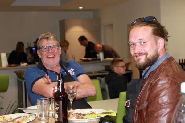 Fröhliche Teilnehmer beim Weber Grillseminar in der Cafeteria