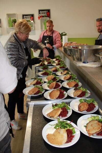 Blinys mit geräuchter Rote Beete und Salat mit Teilnehmerin beim Weber Grillseminar