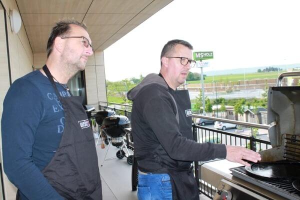 Zwei Teilnehmer eines Weber Grillseminars auf dem Balkon des MS-Holzfachmarkts in Wiesbaden-Nordenstadt