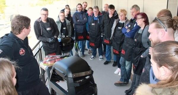 Teilnehmer/innen beim Weber Grillseminar mit David Volpe im MS-Holzfachmarkt