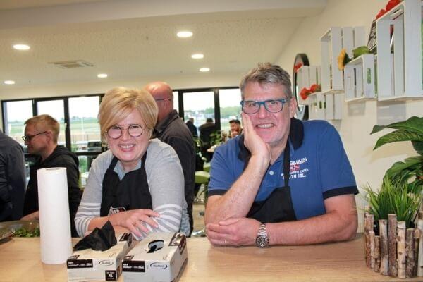 Paar beim Weber Grillseminar am Tresen in der Cafeteria des MS-Holzfachmarktes